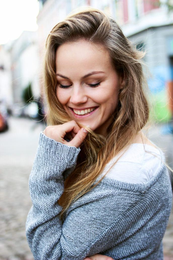 maike model mit blonden haaren