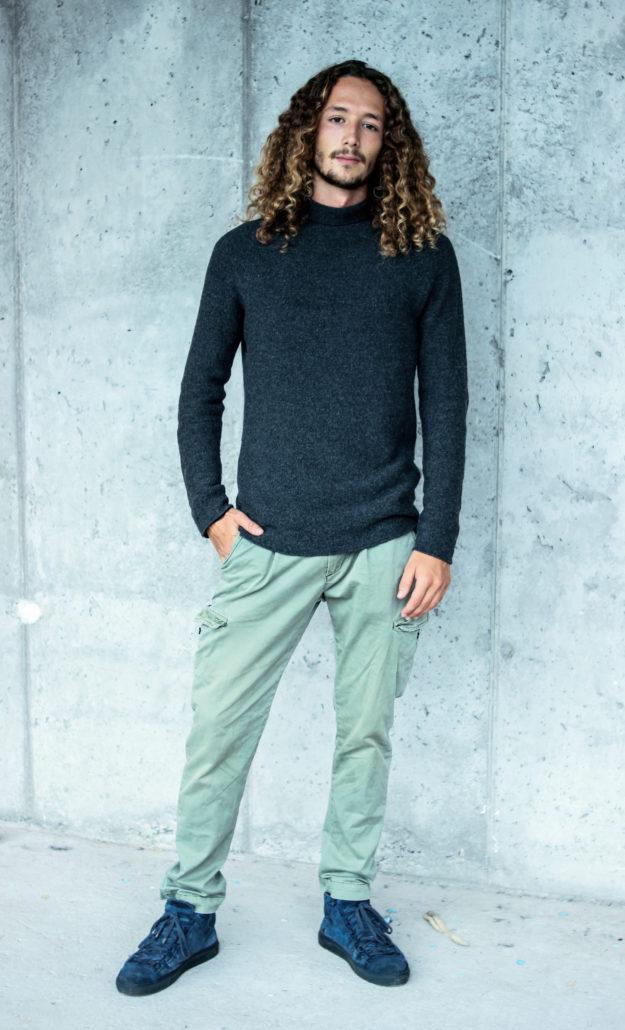 Antonio model mit langen locken steht