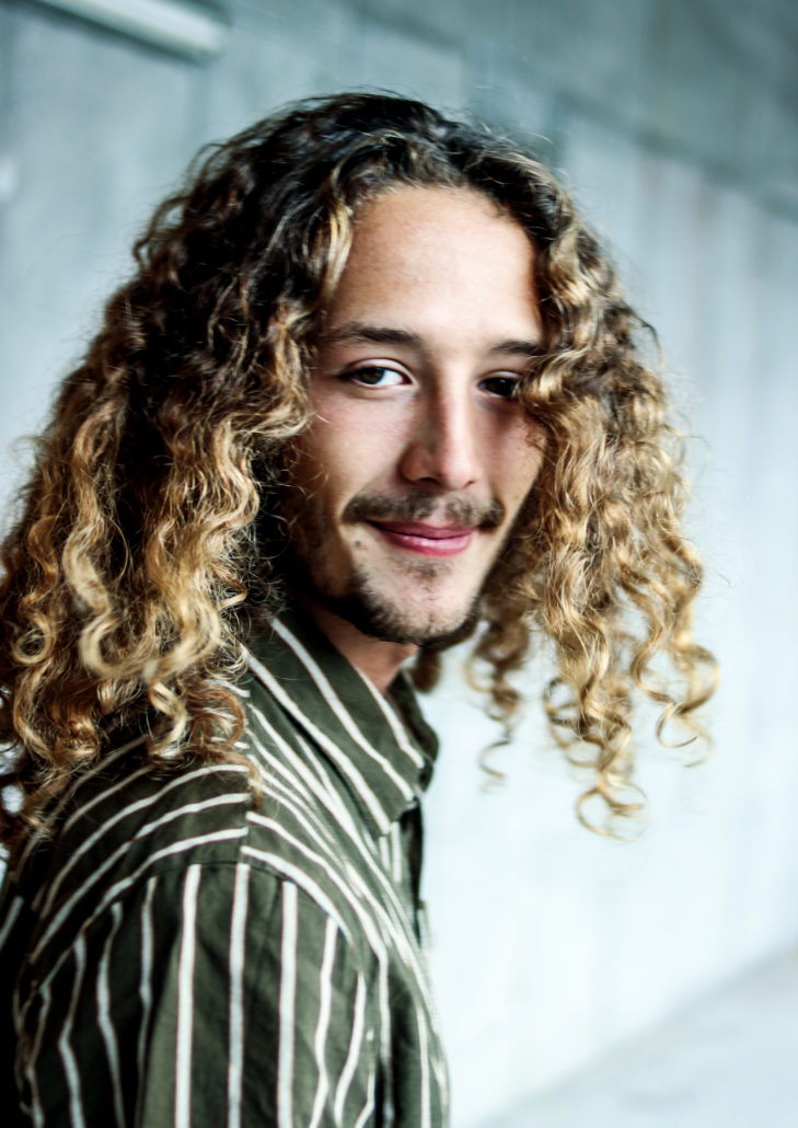 Antonio model mit langen locken