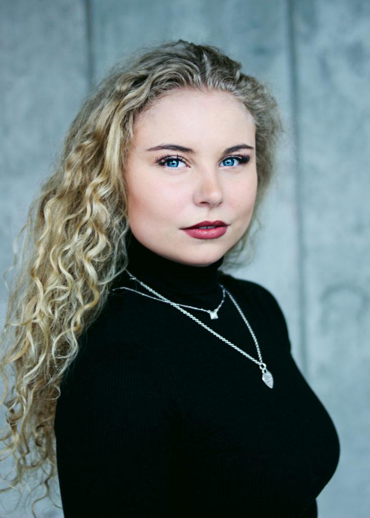 carla schauspielerin mit langen blonden locken