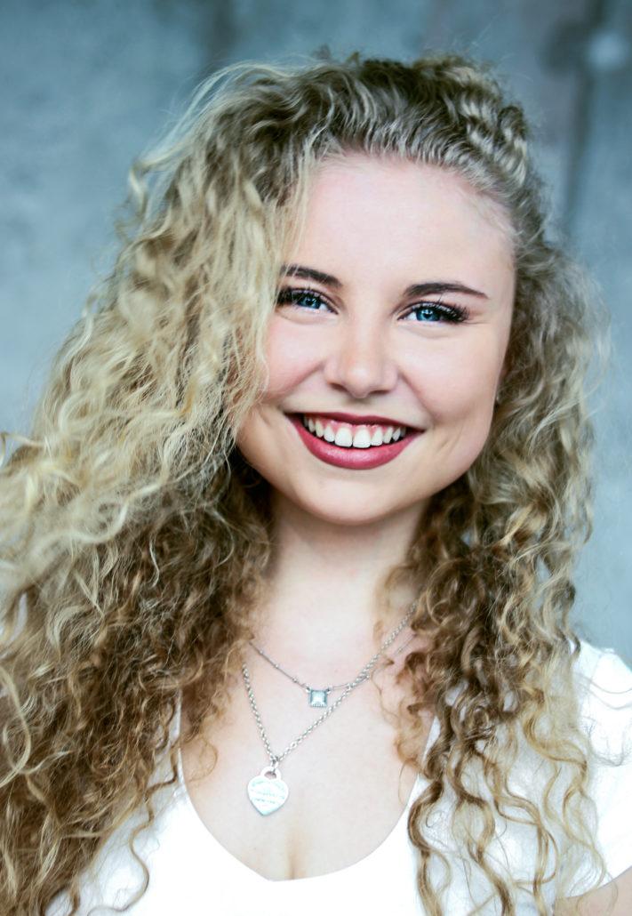 Carla schauspielerin mit blonden locken lacht