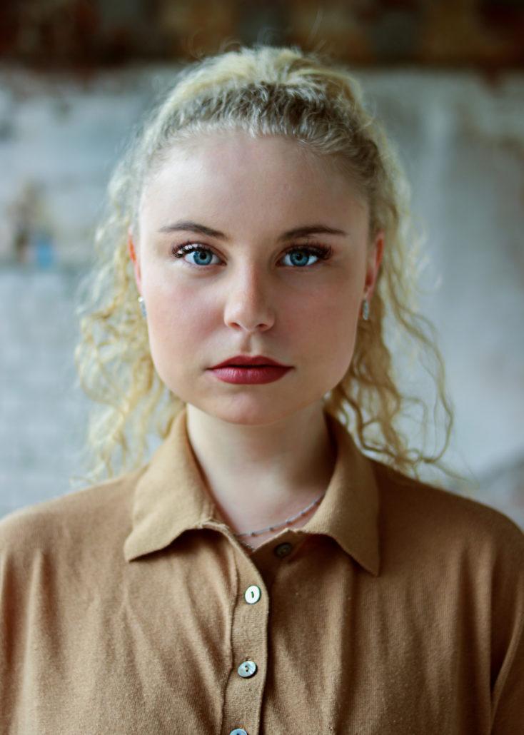 Carla schauspielerin mit blonden locken