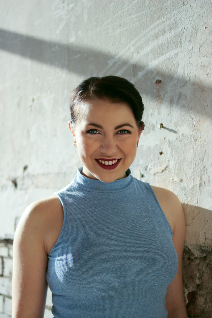 carina schauspielerin tänzerin mit rotem lippenstift