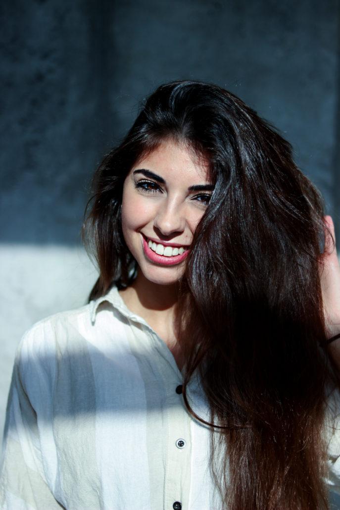 merve schauspielerin mit langen braunen haaren