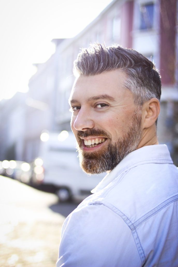alexander schauspieler mit blauen augen lacht