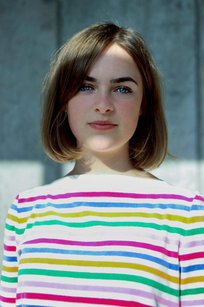 paula schauspielerin mit blauen augen