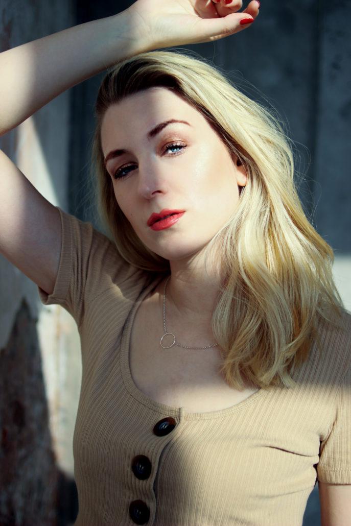 lisa marie model mit blonden haaren