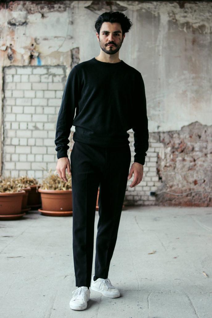 javid model actor mit schwarzen haaren steht da