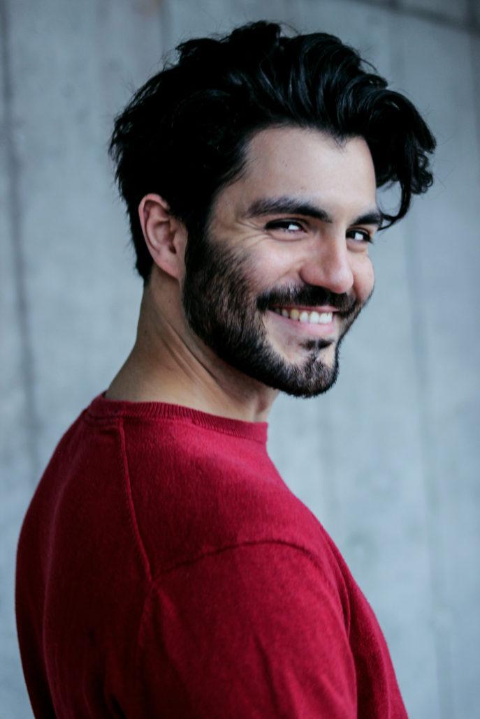 javid model actor mit schwarzen haaren lacht